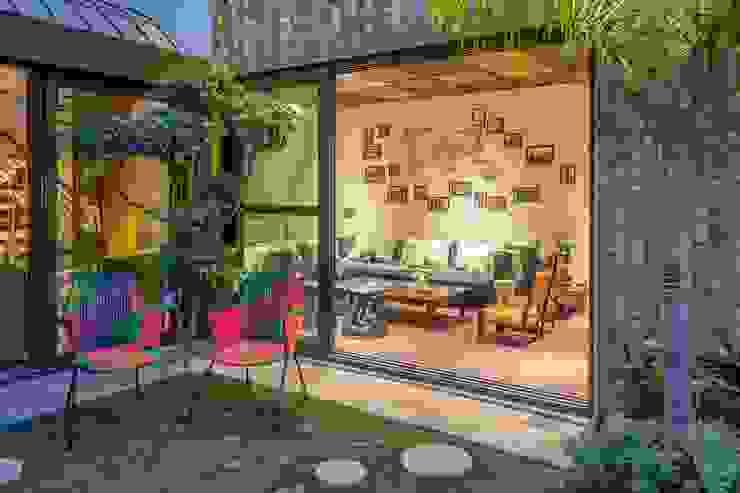 Courtyard + Family Room Modern living room by Art Space Design studio Modern