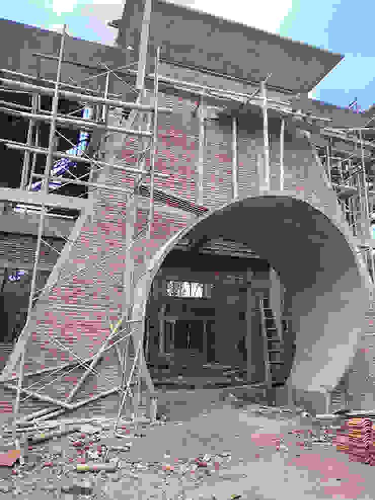 Fasade utama Alfaiz Design Balkon, Beranda & Teras Modern Beton Grey