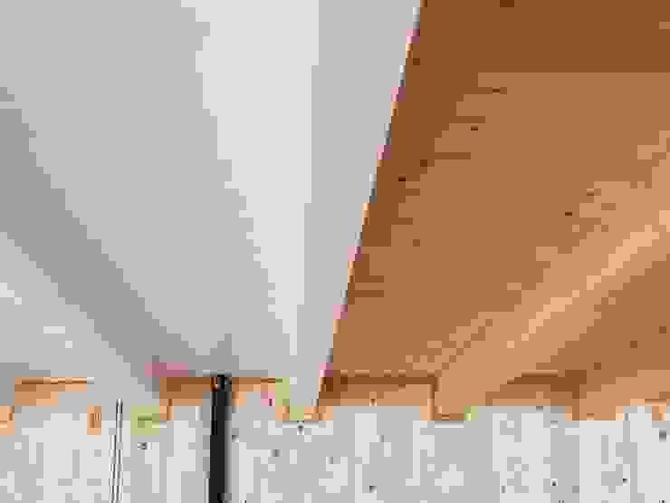Solaio orizzontale con travi lamellari e perline. Kit Casa Italia Pareti & Pavimenti in stile moderno Legno