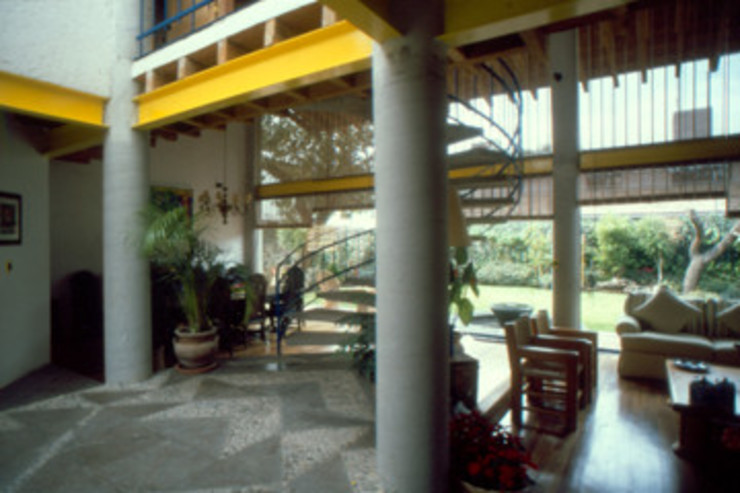 Detalle de estructura a base de columnas de concreto vigas IPR y madera Arechiga y Asociados Pasillos, vestíbulos y escaleras minimalistas Concreto Gris