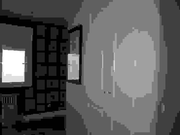 Estudio RYD, S.L. Classic style dressing room Wood White
