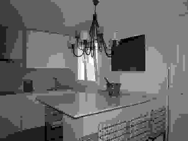 Estudio RYD, S.L. Modern kitchen Stone