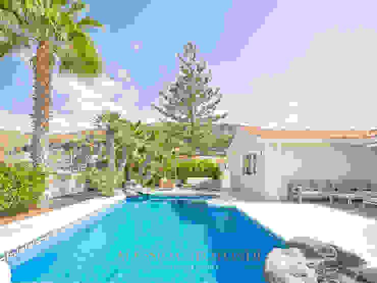 Vista esterna sulla piscina e zona relax di Alessio Capotondi