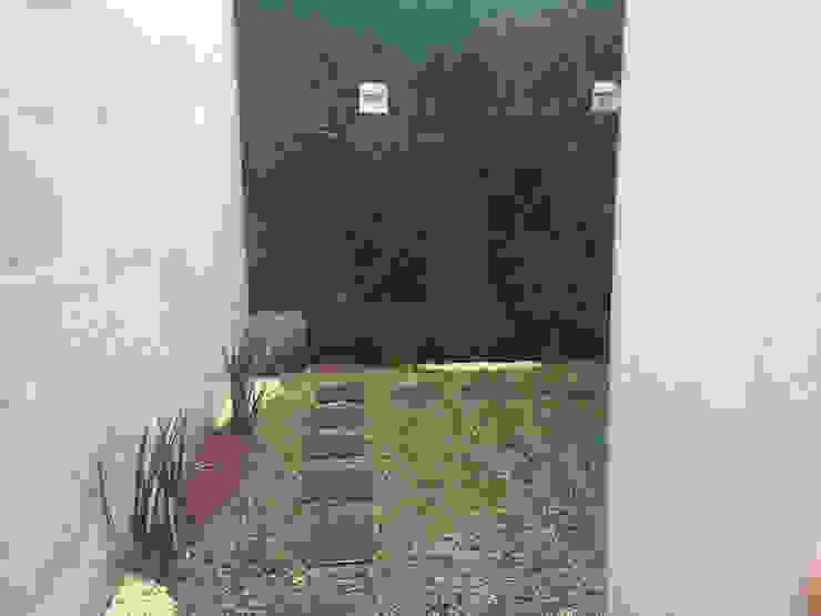 Lado 2 jardín Nápoles Vida Verde Atelier de Jardinería Jardines modernos Compuestos de madera y plástico Verde