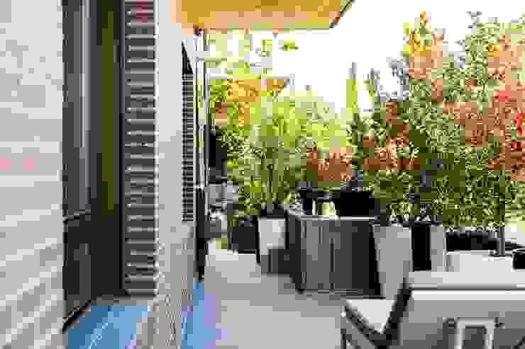 TERRAZA CORRIDA IMAGINEAN Balcones y terrazas de estilo moderno Derivados de madera Marrón