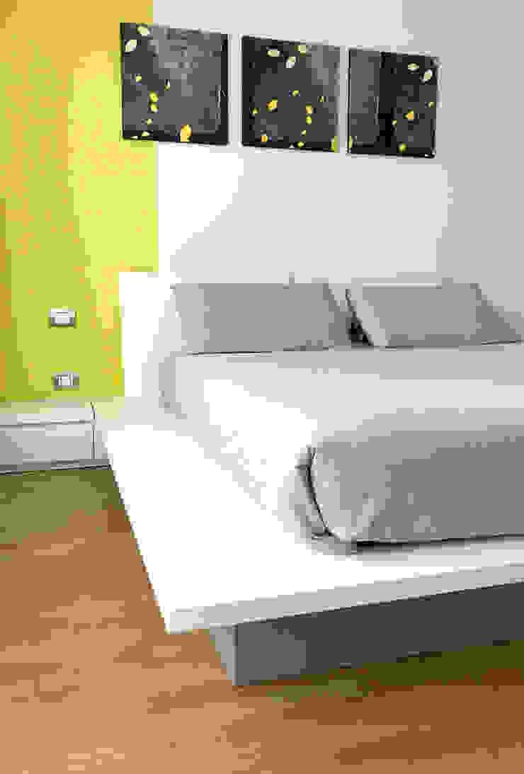 Camera 02 Camera da letto eclettica di Studio Zay Architecture & Design Eclettico Legno Effetto legno