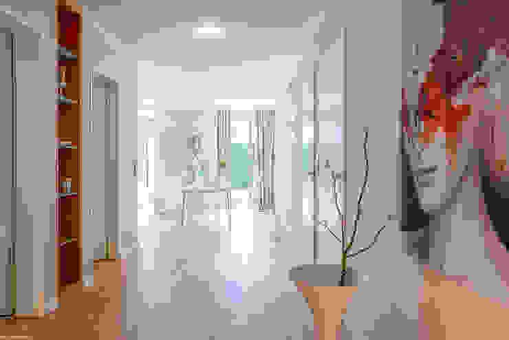 Münchner home staging Agentur GESCHKA Modern corridor, hallway & stairs Beige