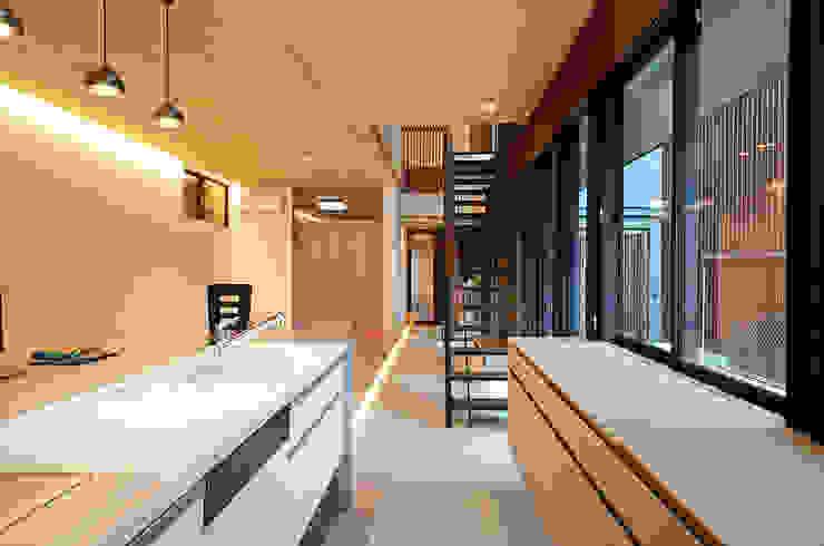 土間のあるキッチン 大塚高史建築設計事務所 モダンな キッチン コンクリート 灰色