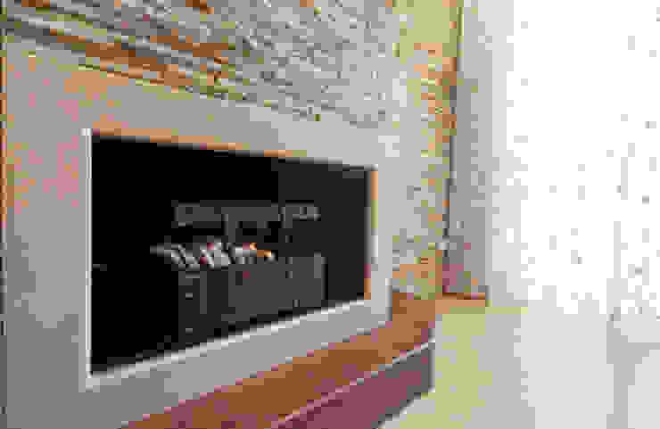 Realizzazione su Misura in Marmo della Zona Camino del Progetto <q>Casa per un ex Politico</q> antonio felicetti architettura & interior design Soggiorno classico Marmo Beige