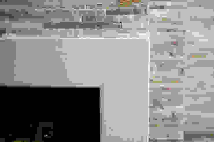 Realizzazione su Misura in Marmo della Zona Camino del Progetto <q>Casa per un ex Politico</q> antonio felicetti architettura & interior design Soggiorno classico Pietra Beige