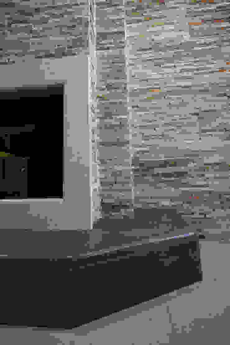 Realizzazione su Misura in Marmo della Zona Camino del Progetto <q>Casa per un ex Politico</q> antonio felicetti architettura & interior design Sala da pranzo in stile classico Marmo Beige