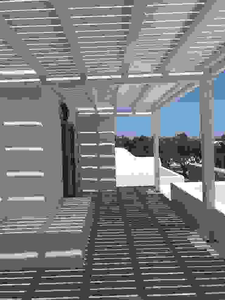 pergola studio patrocchi Balcone, Veranda & Terrazza in stile minimalista