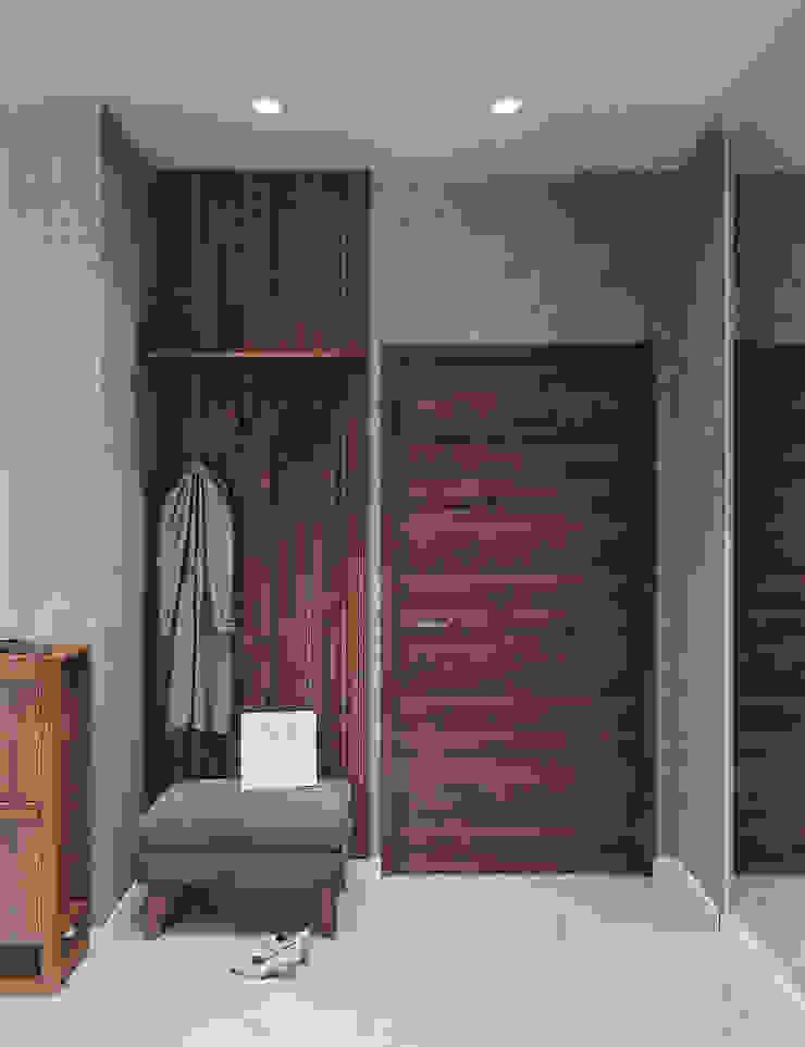 Студия дизайна 'INTSTYLE' ทางเดินในสไตล์อุตสาหกรรมห้องโถงและบันได ไม้ Grey