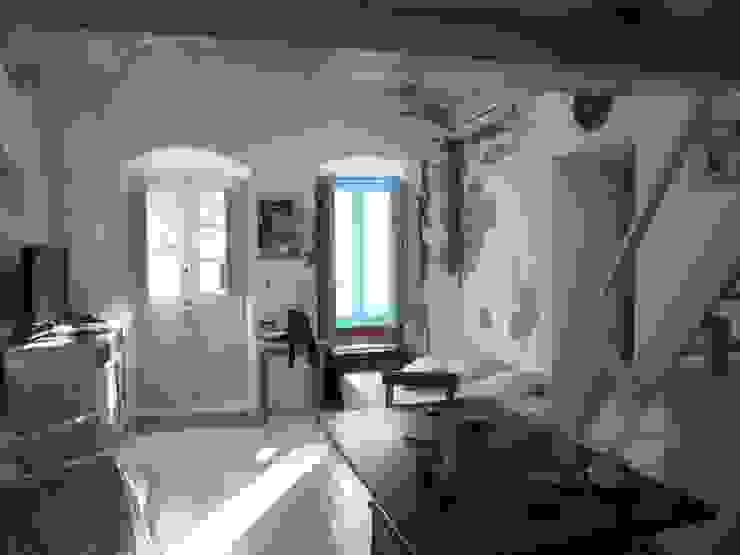 living room studio patrocchi Soggiorno in stile mediterraneo