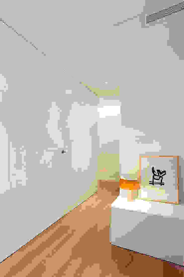 Recibidor minimalista MANUEL GARCÍA ASOCIADOS Pasillos, vestíbulos y escaleras de estilo moderno Blanco