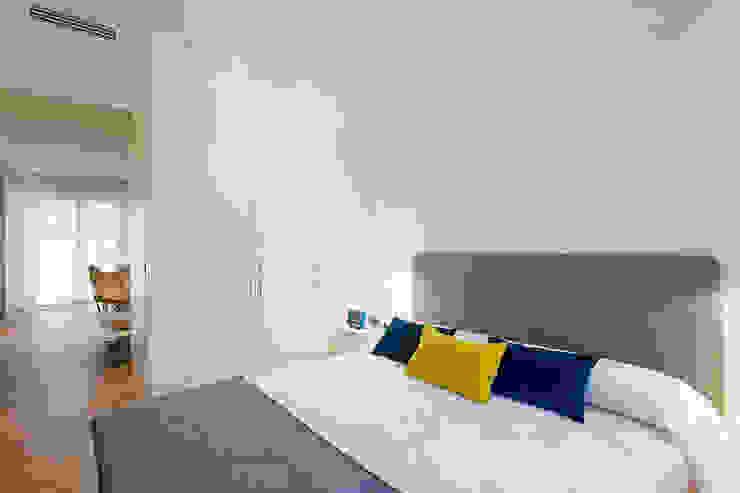 Dormitorio principal en tonos blancos y grises MANUEL GARCÍA ASOCIADOS Dormitorios pequeños Blanco