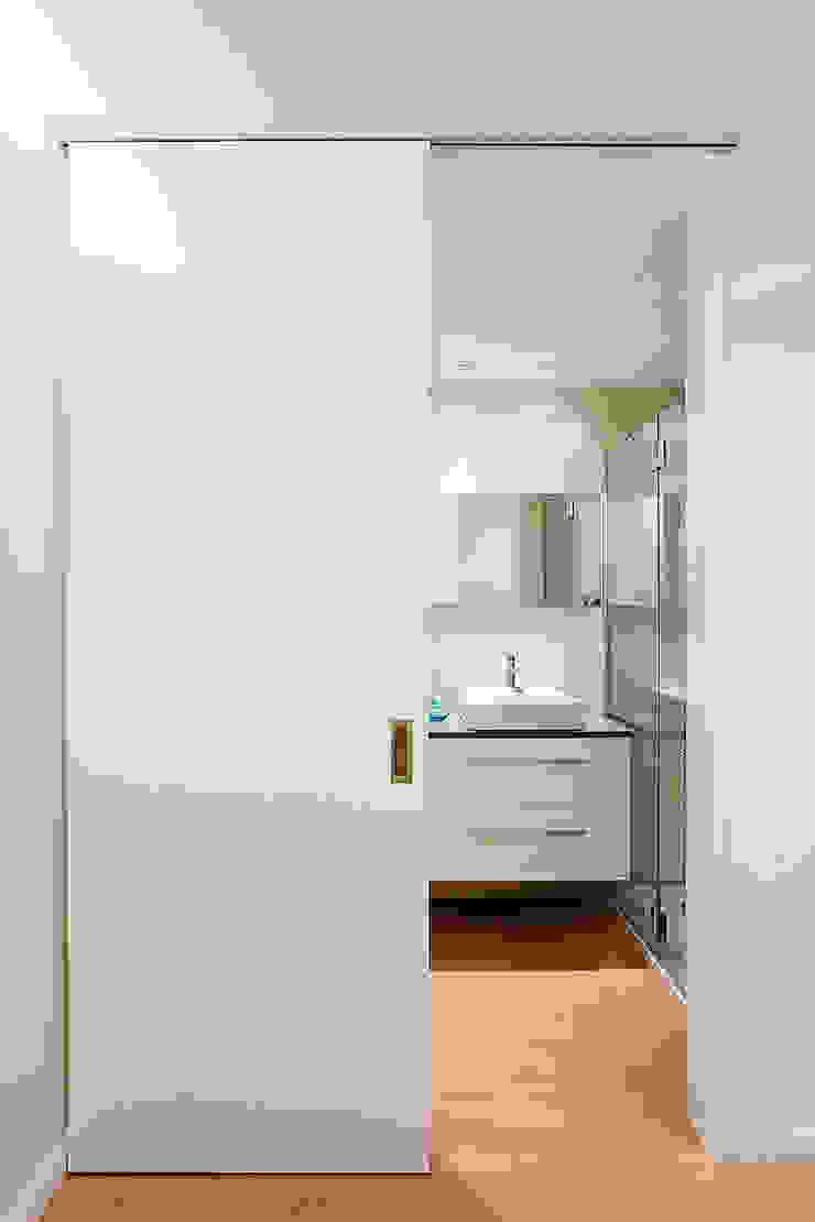 Baño dormitorio principal MANUEL GARCÍA ASOCIADOS Baños de estilo moderno Blanco