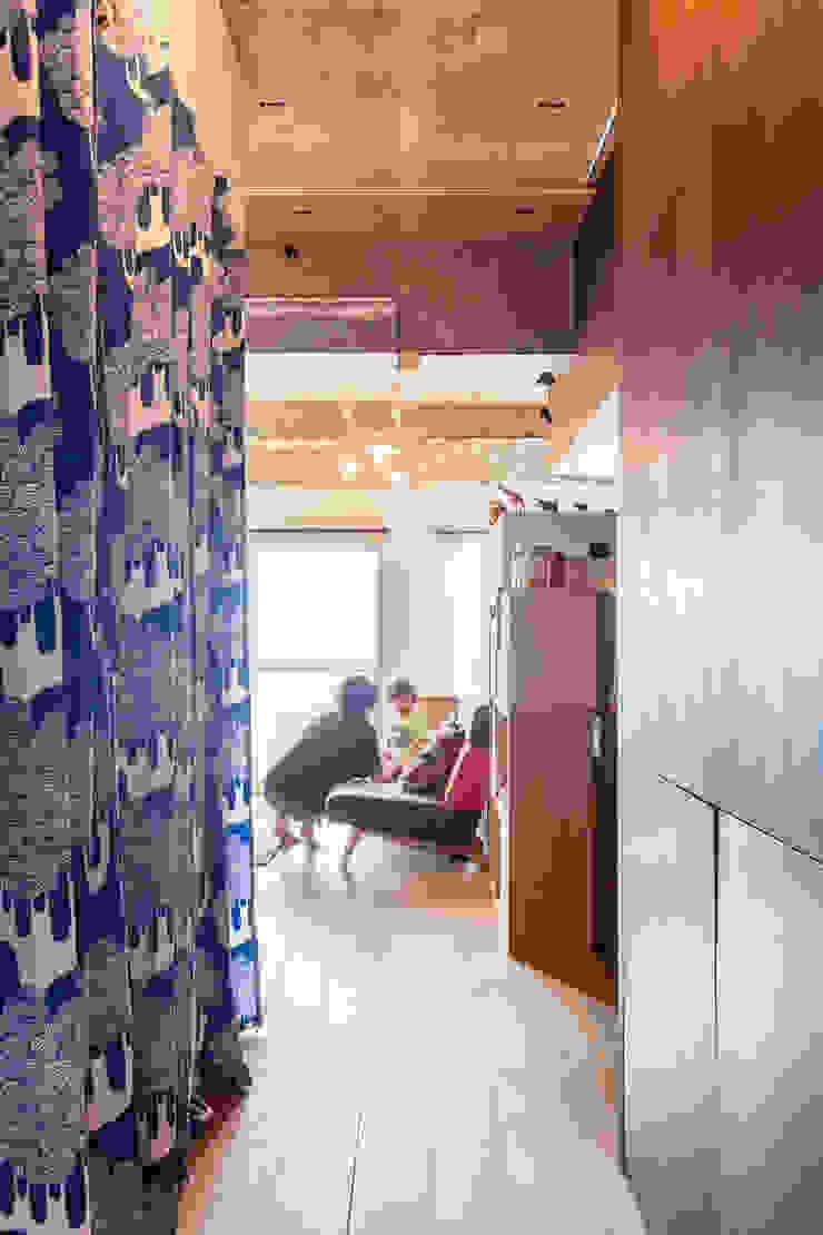 株式会社ブルースタジオ Ingresso, Corridoio & Scale in stile moderno