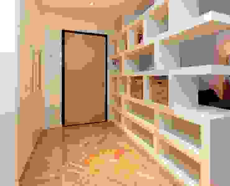 INGRESSO ROBERTA DANISI architetto Ingresso, Corridoio & Scale in stile moderno Legno Bianco