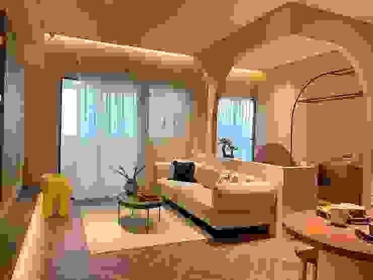 山嵐般的繾綣浪漫|訂製紗簾 空間構成:雅屋設計 现代客厅設計點子、靈感 & 圖片 根據 MSBT 幔室布緹 現代風 複合木地板 Transparent