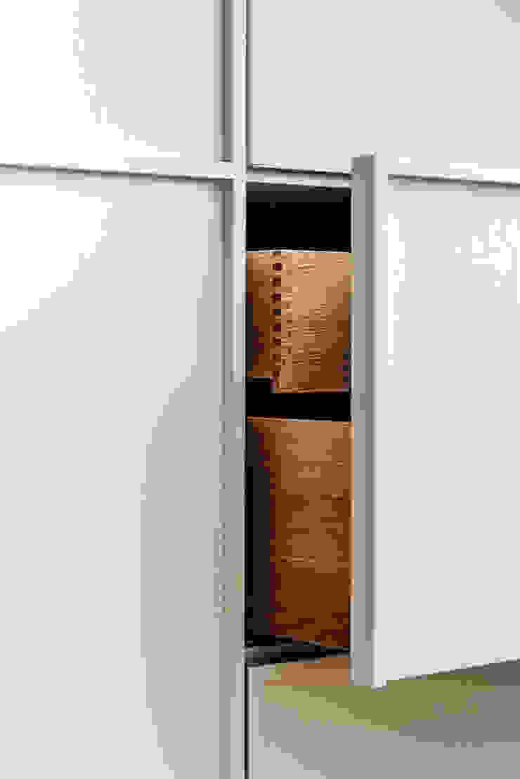 Apartment Maxvorstadt INpuls interior design & architecture Moderne Ankleidezimmer