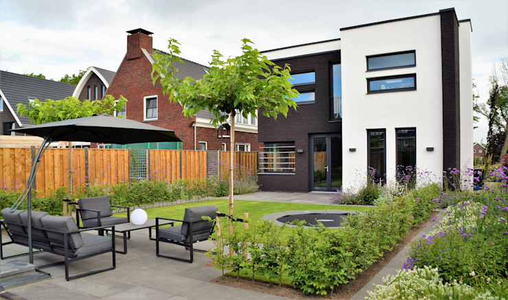 Moderne tuin met bij- en vlindervriendelijke beplanting Moderne tuinen van Dutch Quality Gardens, Mocking Hoveniers Modern