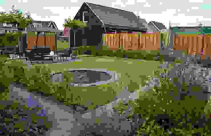 Moderne tuin met bij- en vlindervriendelijke beplanting Dutch Quality Gardens, Mocking Hoveniers Moderne tuinen