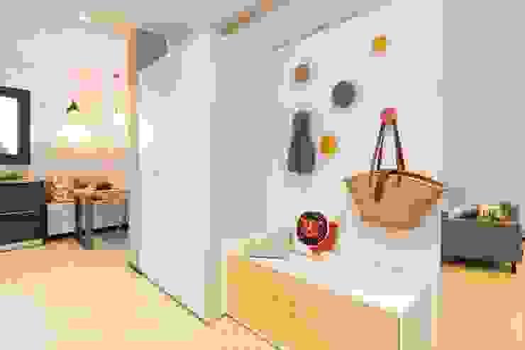 Mueble recibidor Pia Estudi Pasillos, vestíbulos y escaleras de estilo moderno