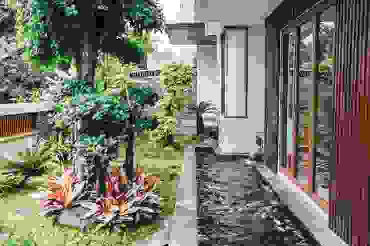 Project Renovasi Rumah 2 Lantai Style Tropical modern Studio JAJ Taman Tropis