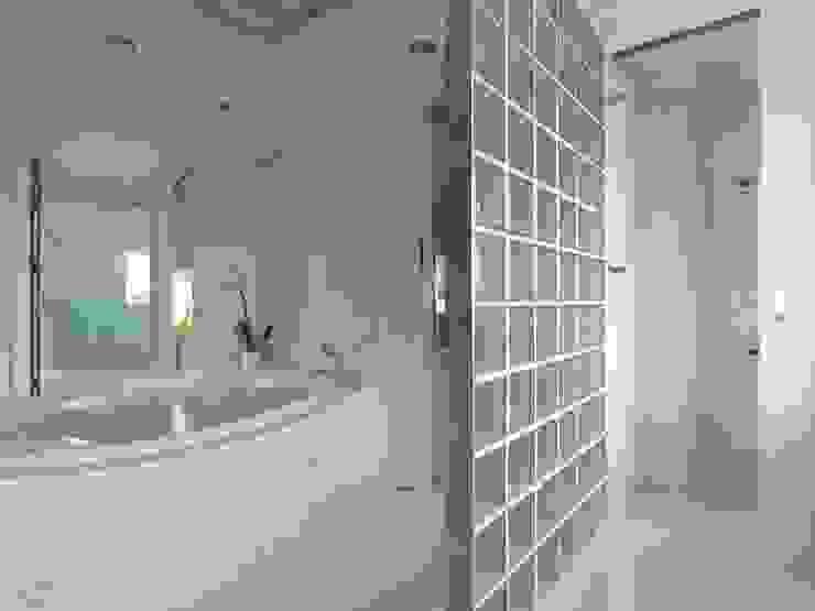 Deep White 現代浴室設計點子、靈感&圖片 根據 福研設計happystudio 現代風