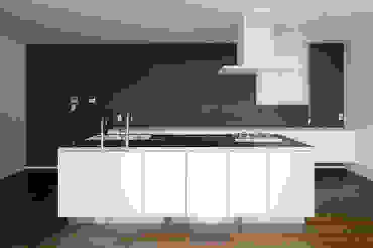 atelier137 ARCHITECTURAL DESIGN OFFICE Cocinas equipadas Blanco