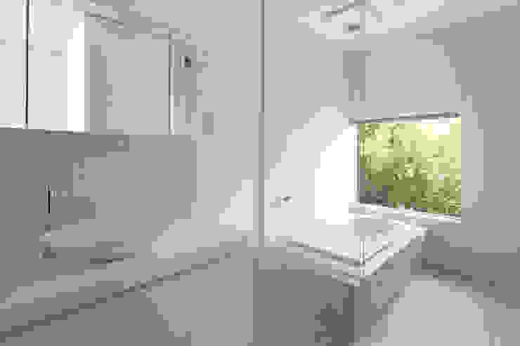 atelier137 ARCHITECTURAL DESIGN OFFICE Baños de estilo moderno Azulejos Blanco