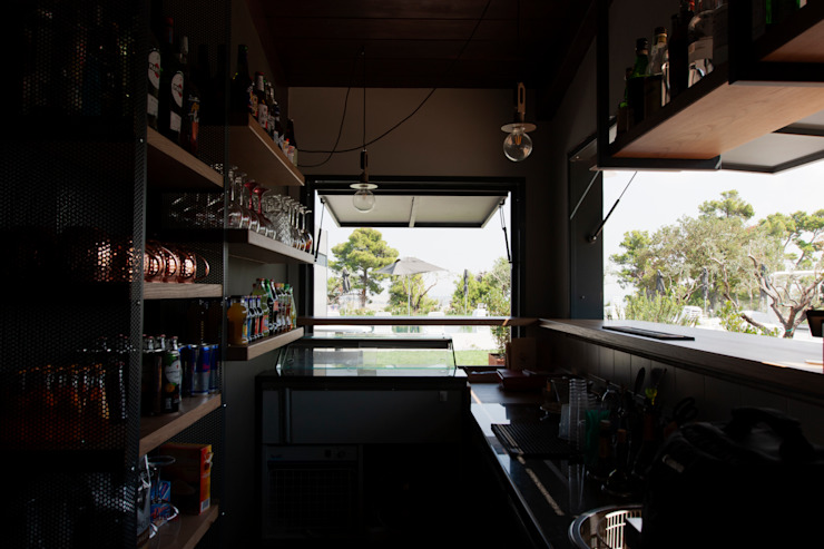 Bar della zona piscina Duesette Bar & Club in stile industrial