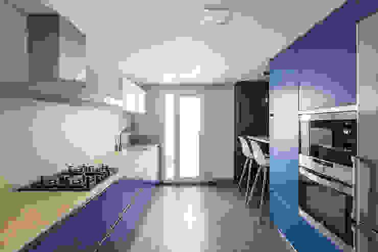 Housing in Benimaclet tambori arquitectes 置入式廚房 Blue