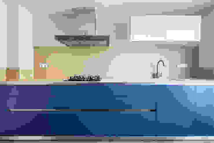 Housing in Benimaclet tambori arquitectes 現代廚房設計點子、靈感&圖片 Blue