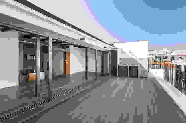 Ático en Valencia tambori arquitectes Balcones y terrazas de estilo moderno