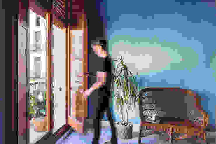 Vivienda en Plaza Redonda Puertas y ventanas de estilo moderno de tambori arquitectes Moderno