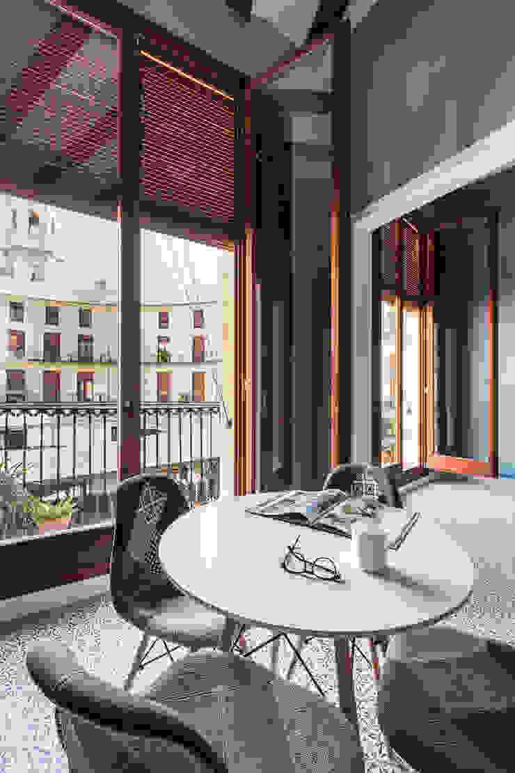 Vivienda en Plaza Redonda Comedores de estilo moderno de tambori arquitectes Moderno