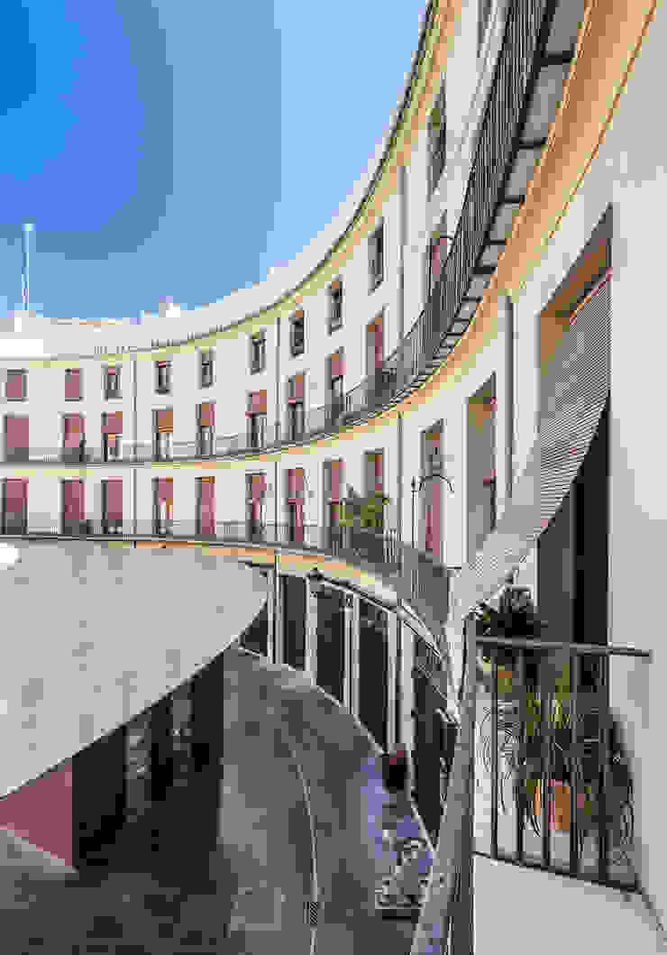 Vivienda en Plaza Redonda Casas de estilo moderno de tambori arquitectes Moderno