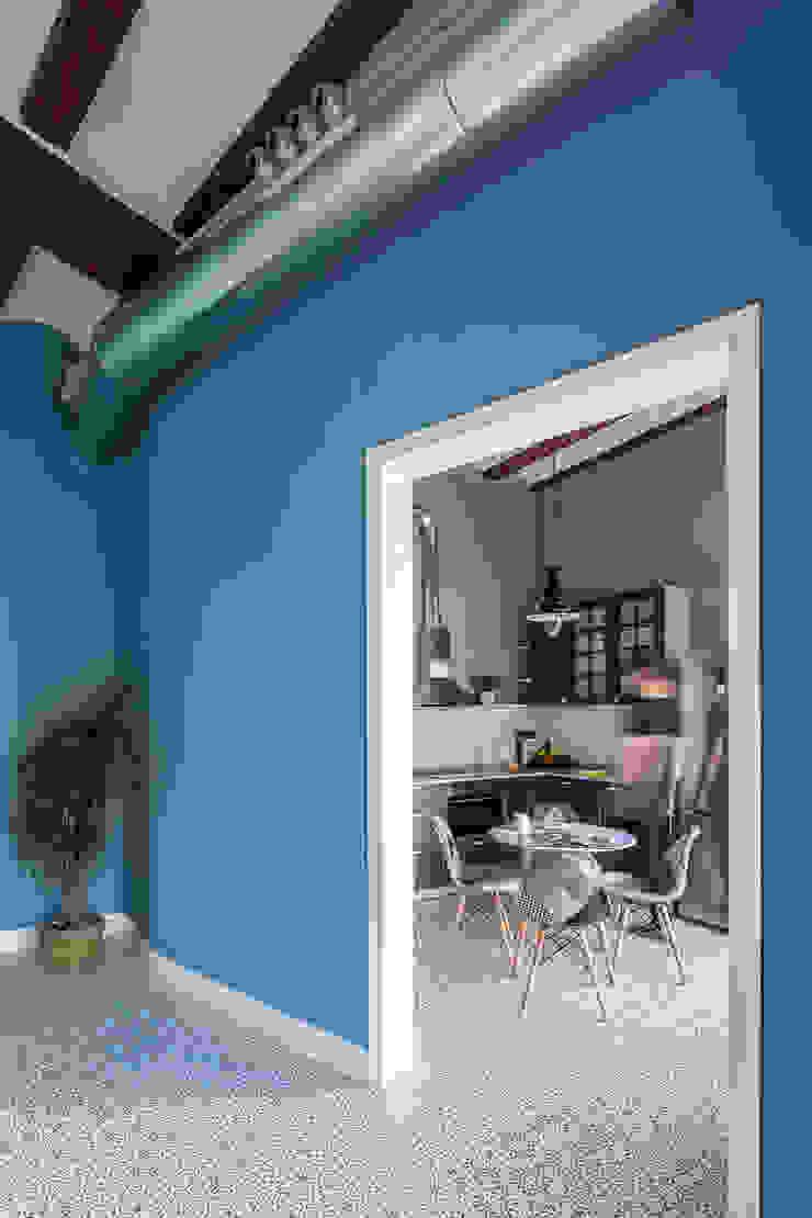 Vivienda en Plaza Redonda Salones de estilo moderno de tambori arquitectes Moderno
