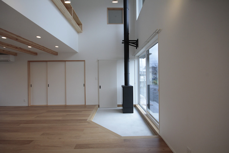 土間からつながるリビング 塚野建築設計事務所 コロニアルデザインの リビング