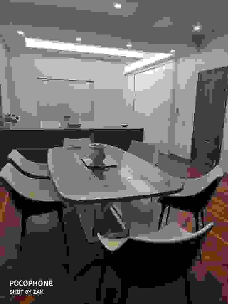 Zona pranzo Dr-Z Architects Sala da pranzo moderna Legno massello Bianco