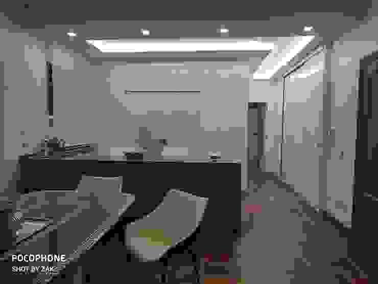 Vista zona pranzo Dr-Z Architects Sala da pranzo moderna Legno massello Bianco