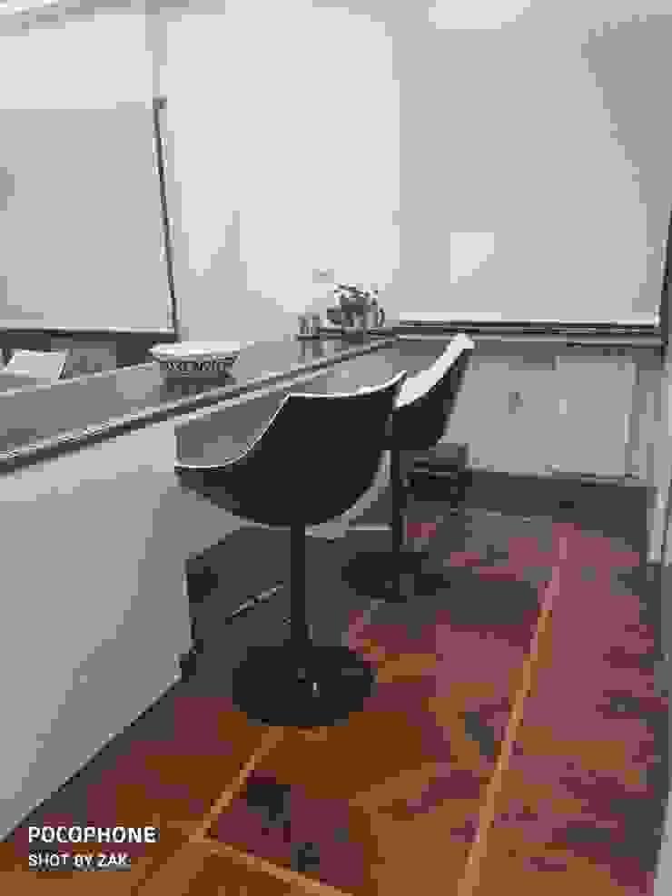 Bar Dr-Z Architects Sala da pranzo moderna Legno massello Bianco