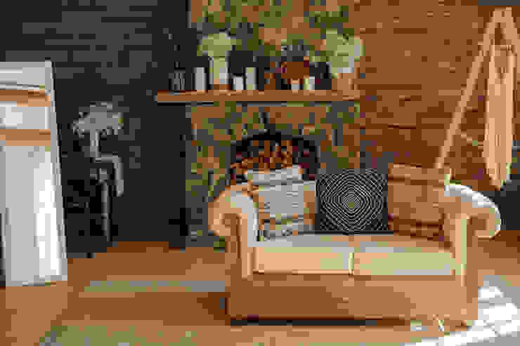 Landhausstil: Ländliche Romantik durch natürliches Holz und Landhausdielen Floorwell Wohnzimmer im Landhausstil Holz