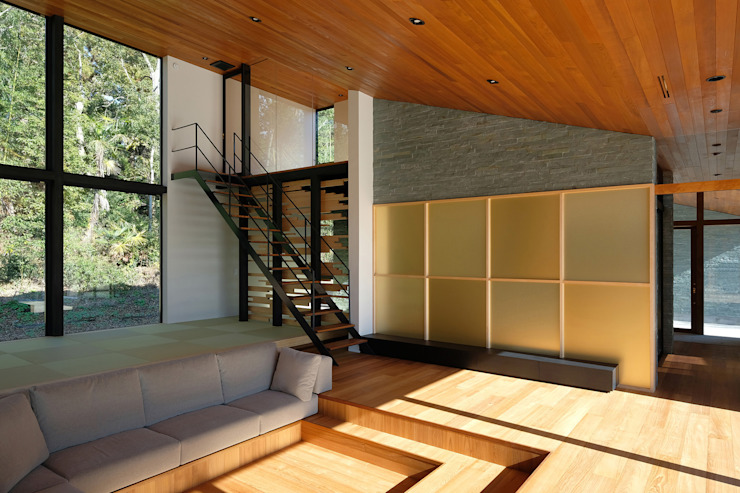 リビング+和室 小島光晴建築設計事務所 モダンデザインの 多目的室 銀/金 ベージュ