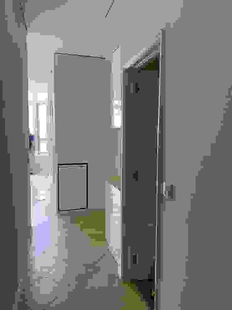 BCimobiliária Modern Corridor, Hallway and Staircase