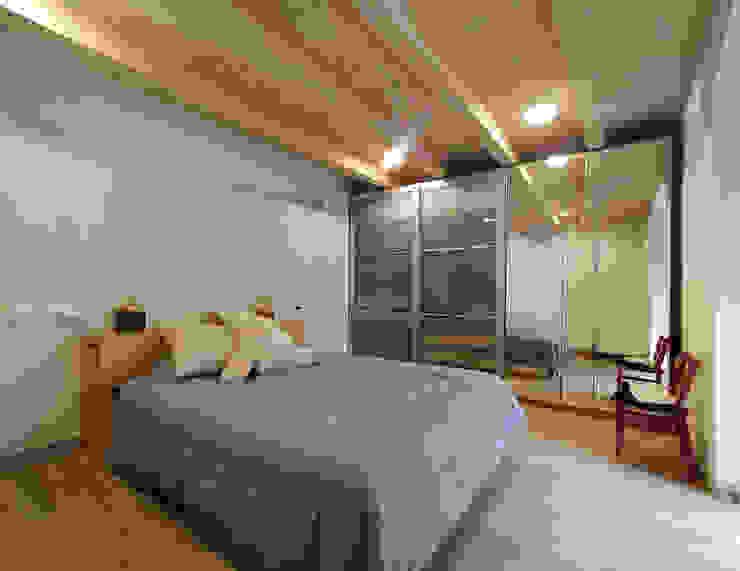 https://www.ecoarq.es/proyectos/vivienda-reforma-miqueltort Dormitorios de estilo moderno de ecoarquitectura Moderno