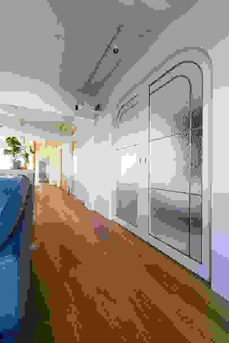 株式会社ブルースタジオ Modern Corridor, Hallway and Staircase
