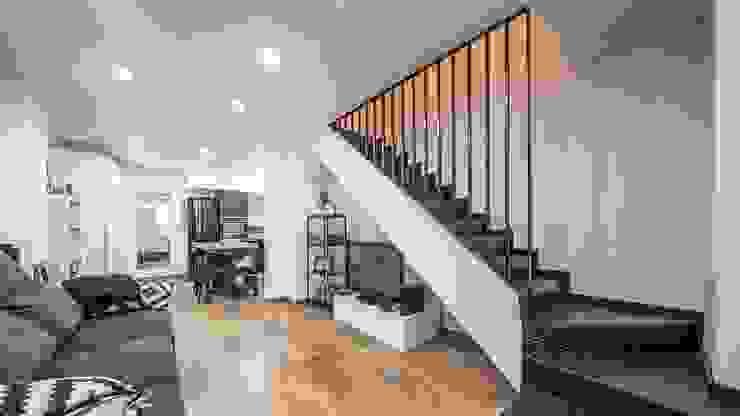 PF 75 Guillem Ros Studio Salones de estilo moderno Derivados de madera Blanco